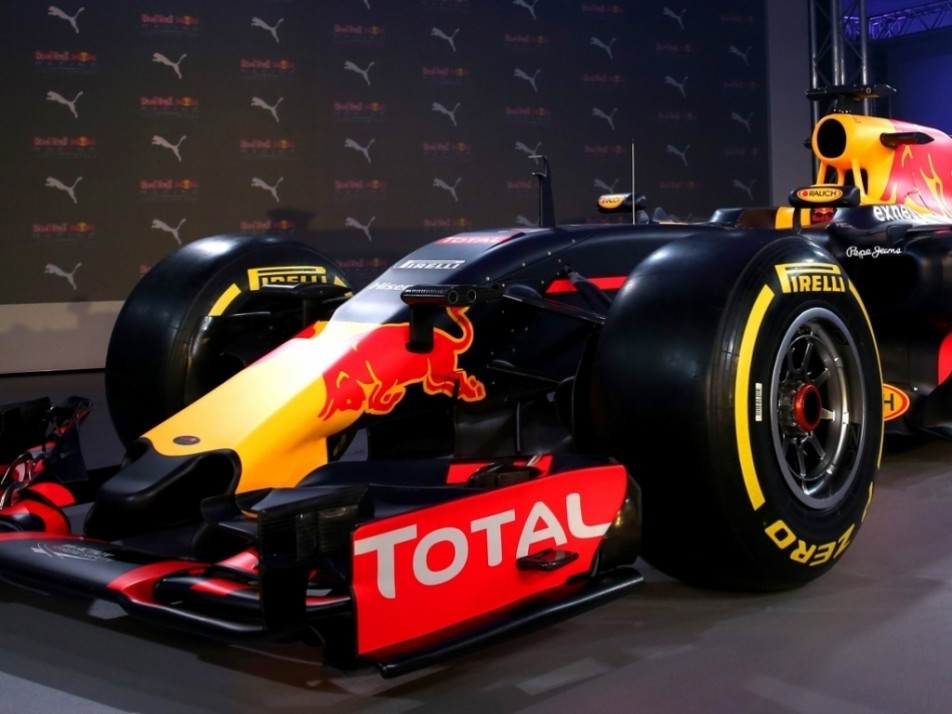 The nose replicates the engine cover