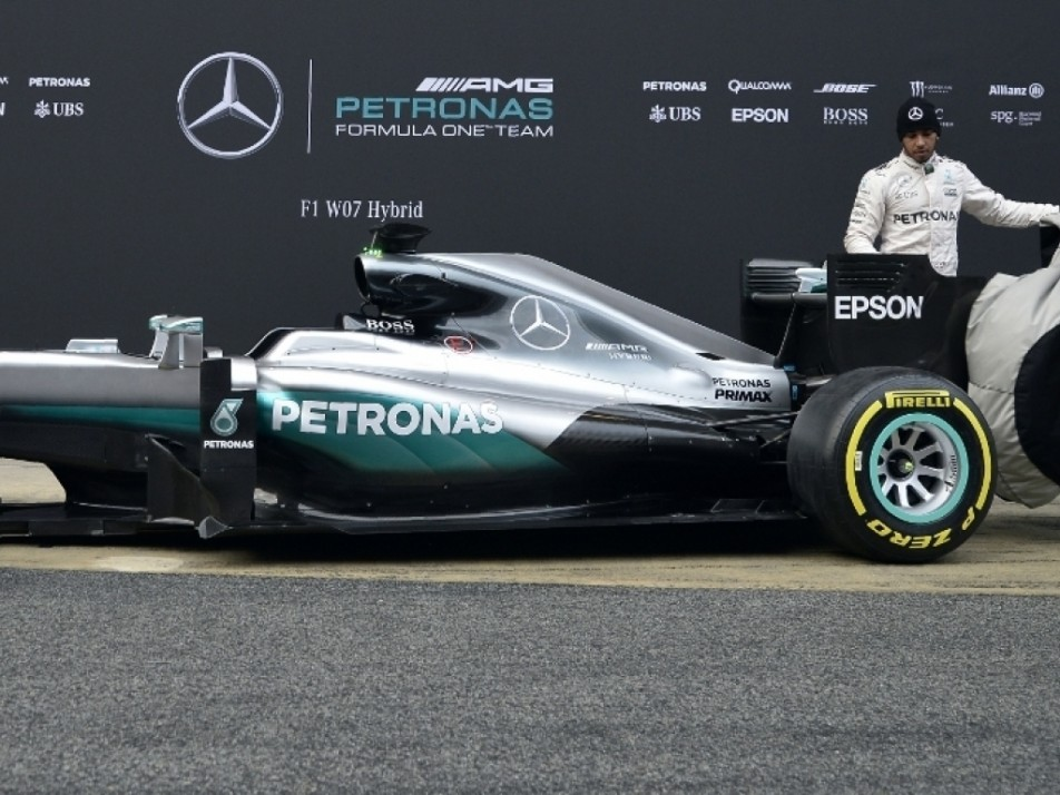 Rosberg and Hamilton helping each other reveal the Mercedes 2016 car